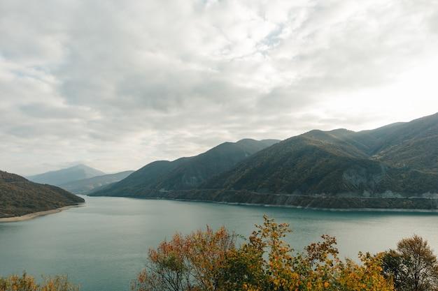 Krajobrazowy Widok Z Gęstymi Chmurami Zhinvali Rezerwior Goergia Kraj. Premium Zdjęcia