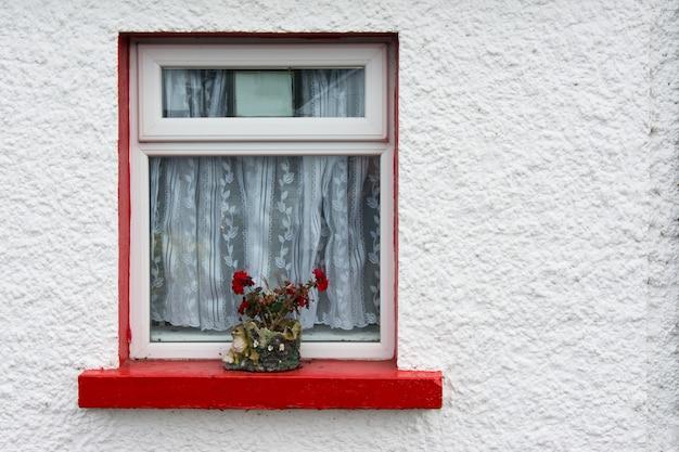 Krajobrazy irlandii, kolorowe okna cong w hrabstwie galway Premium Zdjęcia