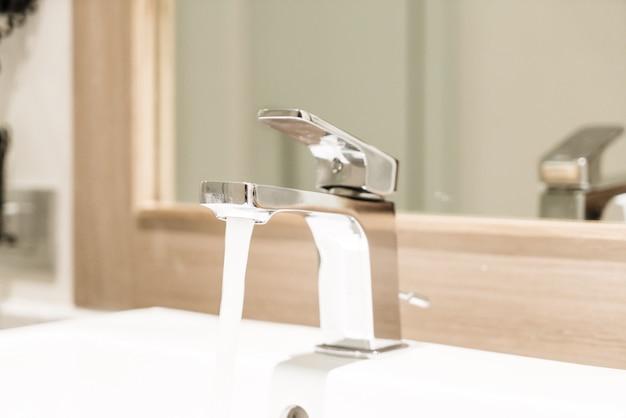 Kran Lub Kran W Toalecie I Toalecie Premium Zdjęcia