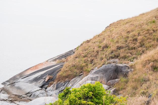 Krating Plaża I Krajobraz Wzgórza Z Wysokiego Punktu, Phuket, Tajlandia Premium Zdjęcia