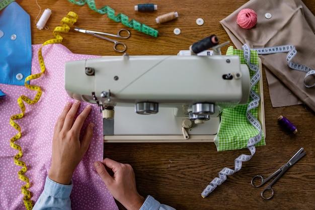 Krawcowa Za Pomocą Maszyny Do Szycia I Różnych Akcesoriów Do Szycia Do Produkcji Odzieży Premium Zdjęcia
