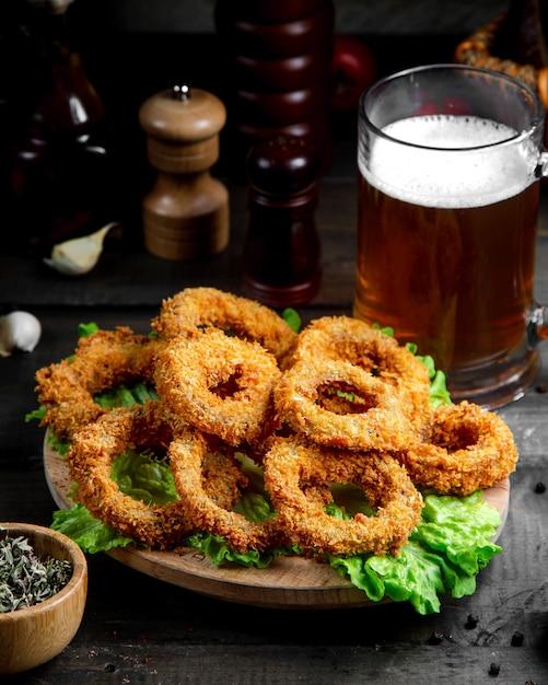 Krążki cebuli z kuflem piwa Darmowe Zdjęcia