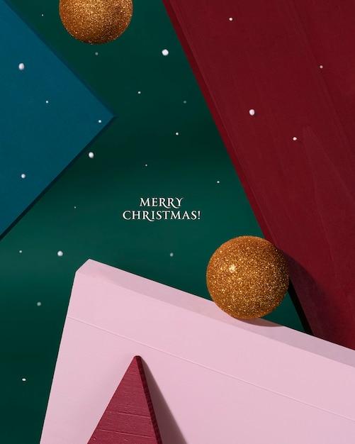 Kreatywne Boże Narodzenie Projekt Czerwony, Zielony, Różowy Kolor Tła Ze Złotą Bombką I Latającym śniegiem. Karta Noworoczna. Minimalistyczny Styl. Premium Zdjęcia