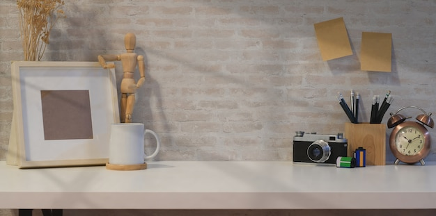 Kreatywne fotograf miejsce pracy z makiety ramki Premium Zdjęcia