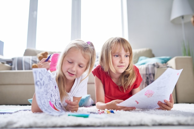 Kreatywne Małe Siostry W Domu Premium Zdjęcia