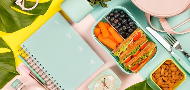 Kreatywne Mieszkanie Leżało Ze Zdrowym Obiadem I Artykułami Biurowymi Premium Zdjęcia
