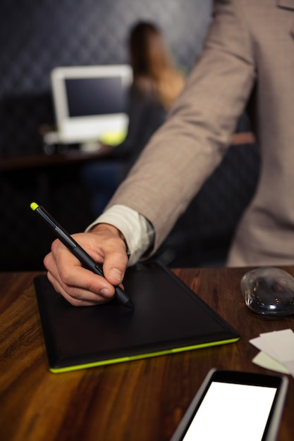 Kreatywnie Biznesmen I Graficzna Pastylka Premium Zdjęcia
