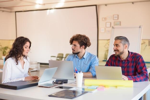 Kreatywnie Grupa Dyskutuje Pomysły W Sala Posiedzeń Z Laptopami Darmowe Zdjęcia