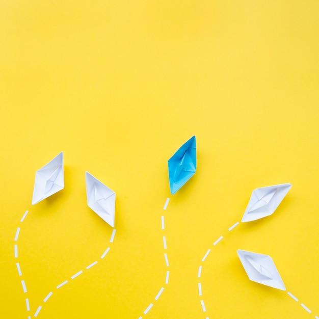Kreatywnie Przygotowania Dla Indywidualności Pojęcia Na żółtym Tle Darmowe Zdjęcia