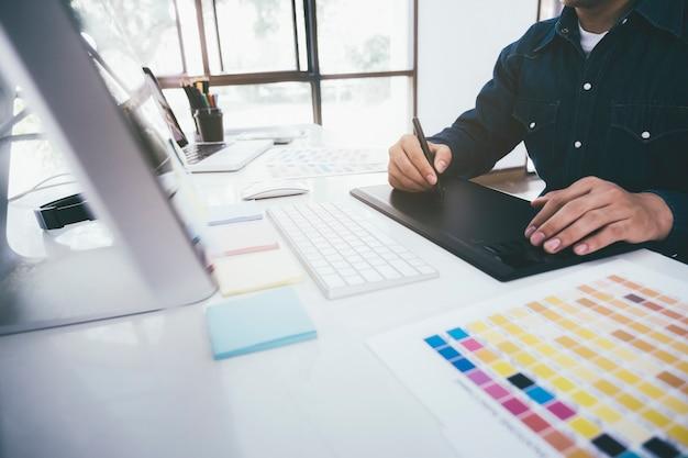 Kreatywny Grafik Używający Tabletu Graficznego. Premium Zdjęcia