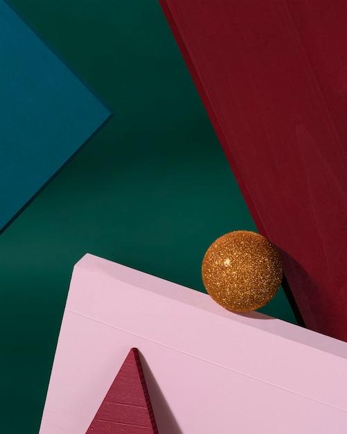 Kreatywny Projekt Boże Narodzenie Czerwony, Zielony, Różowy Kolor Tła Ze Złotą Bombką Bożonarodzeniową. Koncepcja Nowego Roku. Premium Zdjęcia