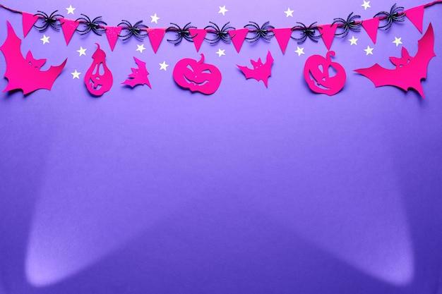Kreatywny Stół Halloween W Kolorach Fioletowym, Czerwonym I Czarnym, Płaski Leżał Z Przestrzenią. Reflektory, Figurki Nietoperzy I Papierowe Latarnie Premium Zdjęcia