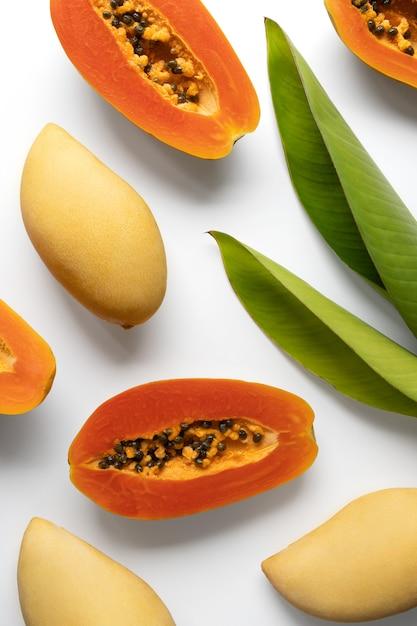 Kreatywny Układ Wykonany Z Letnich Tropikalnych Owoców I Liści Premium Zdjęcia