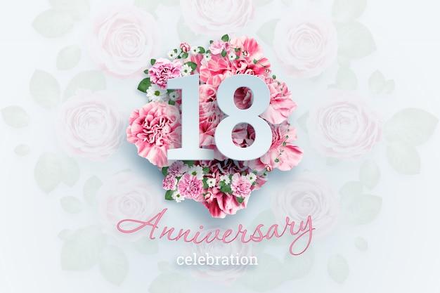 Kreatywnych liter 18 cyfr i rocznica tekst uroczystości na różowe kwiaty. rocznica koncepcja, dorosłość, urodziny, uroczystości, szablon, ulotka Premium Zdjęcia