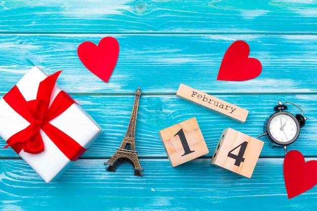 Kreatywnych walentynki romantyczna kompozycja płaskie leżał widok z góry miłość wakacje uroczystości czerwone serce kalendarz data Premium Zdjęcia