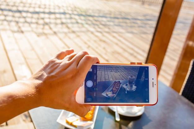 Kręcenie Klasycznego Hiszpańskiego śniadania Z Telefonem Komórkowym Premium Zdjęcia