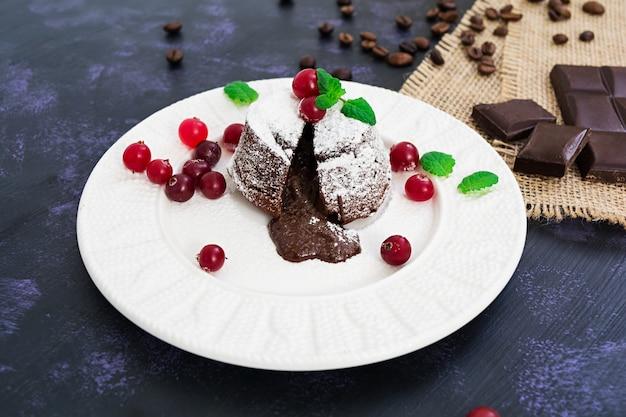 Krem czekoladowy z sosem żurawinowym. Premium Zdjęcia