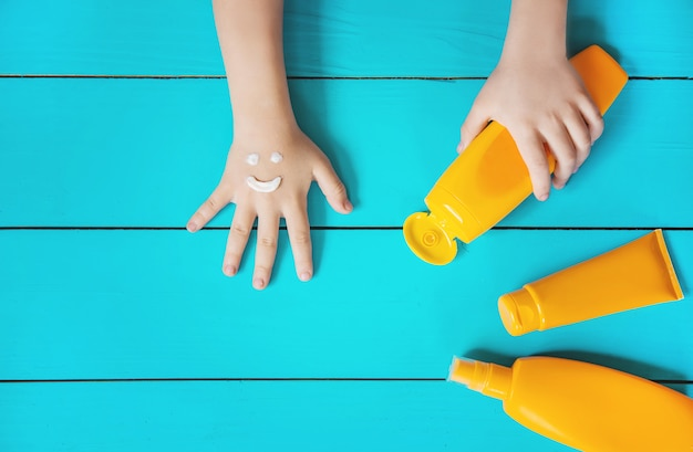 Krem Przeciwsłoneczny Na Ręce Dziecka. Selektywne Skupienie. Premium Zdjęcia