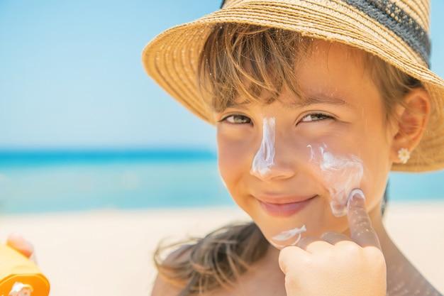 Krem Przeciwsłoneczny Na Skórze Dziecka Premium Zdjęcia