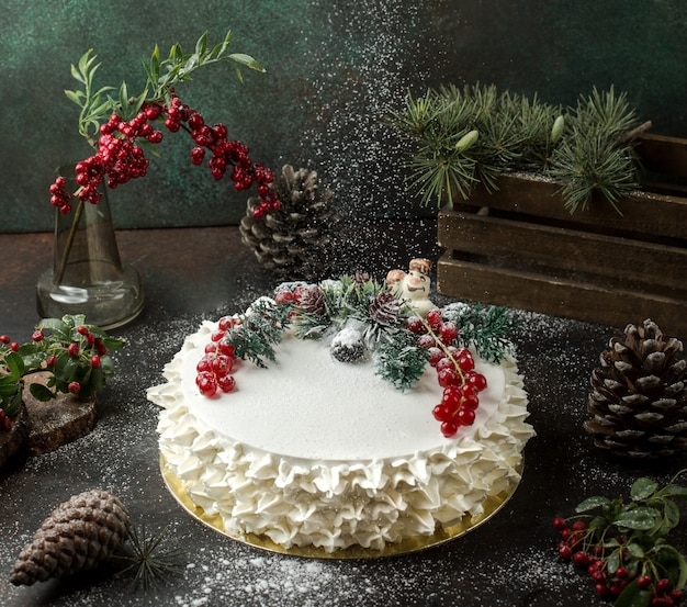 Kremowe ciasto z żurawiną na stole Darmowe Zdjęcia