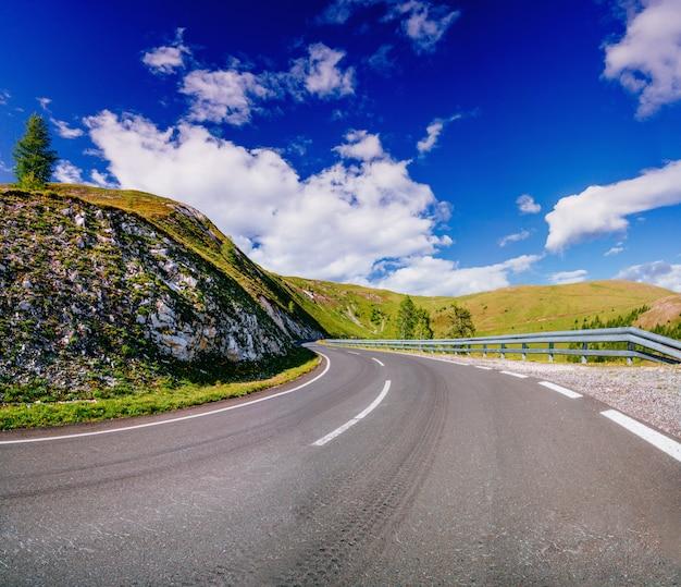 Kręta Droga Utwardzona We Francuskich Alpach Premium Zdjęcia