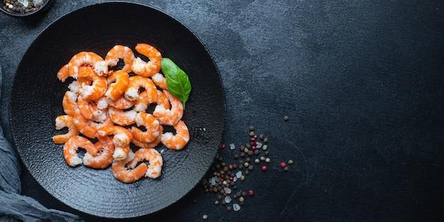 Krewetki Gotowe Do Spożycia Gotowane Lub Smażone Krewetki Z Owoców Morza Premium Zdjęcia