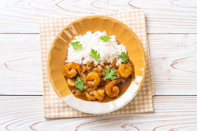 Krewetki W Sosie Curry Na Ryżu Premium Zdjęcia