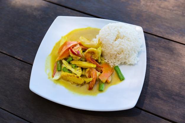 Krewetki w sosie curry z ryżem Premium Zdjęcia