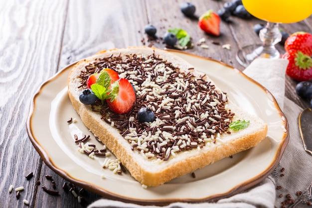 Kromka Chleba Z Posypką Czekoladową Premium Zdjęcia