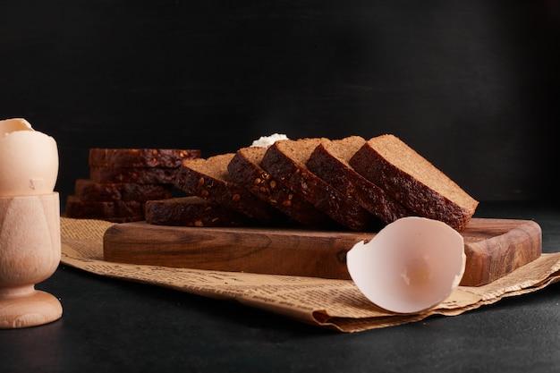 Kromki Chleba Z Dodatkami Na Drewnianej Desce Darmowe Zdjęcia