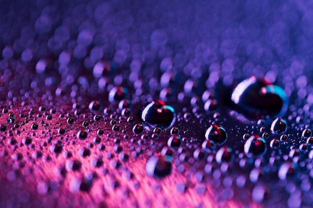 Kropelki wody na niebiesko-różowy jasny szklaną powierzchnię Darmowe Zdjęcia