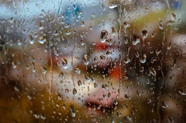 Krople deszczu na oknie ulicy Premium Zdjęcia
