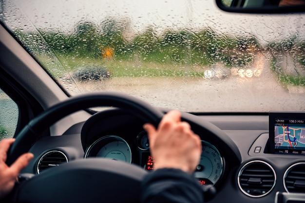 Krople deszczu na przedniej szybie kierowcy Premium Zdjęcia