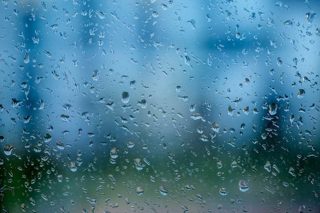 Krople Deszczu Na Szybie Okna W Deszczowy Dzień Premium Zdjęcia