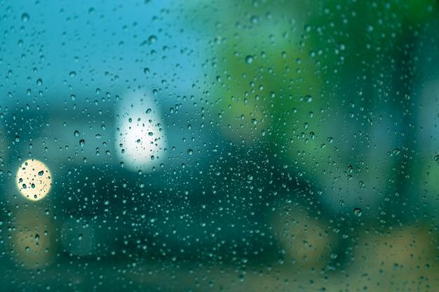 Krople deszczu na szybie samochodu Premium Zdjęcia