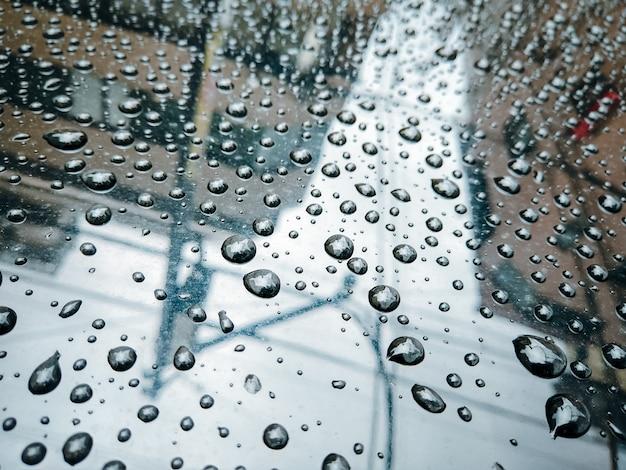 Krople deszczu na tle szkła. Premium Zdjęcia