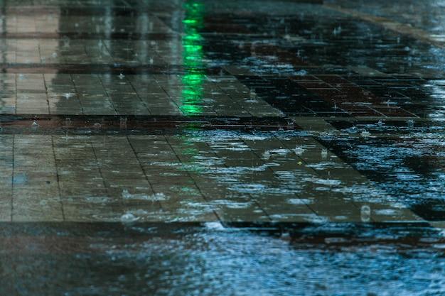 Krople deszczu w kałuży Premium Zdjęcia