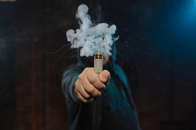 Kroplownik W Jednej Ręce Tworzy Chmurę Dymu Darmowe Zdjęcia