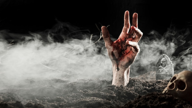 Krwi Ręki Kleić Z Ziemi W Mgle Premium Zdjęcia