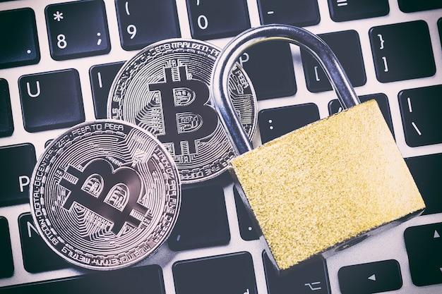 Kryptowaluta bitcoin z kłódką na klawiaturze. Premium Zdjęcia