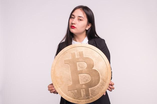 Kryptowaluta, Pieniądze Internetowe I Koncepcja Blockchain. Poważna Azjatka Z Czerwonymi Ustami I Ogromnym Bitcoinem Premium Zdjęcia