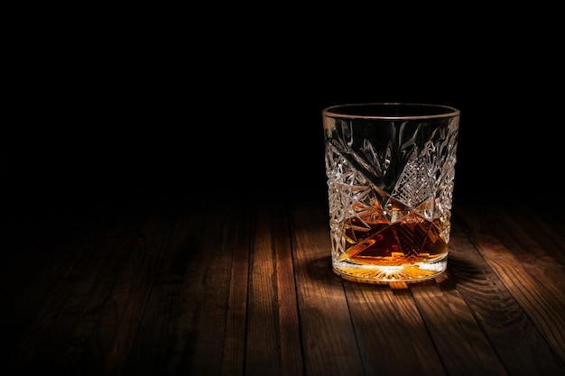 Krystaliczny Szkło Z Whisky I Przekąskami Na Drewnianym Stole Na Czarnym Tle Premium Zdjęcia