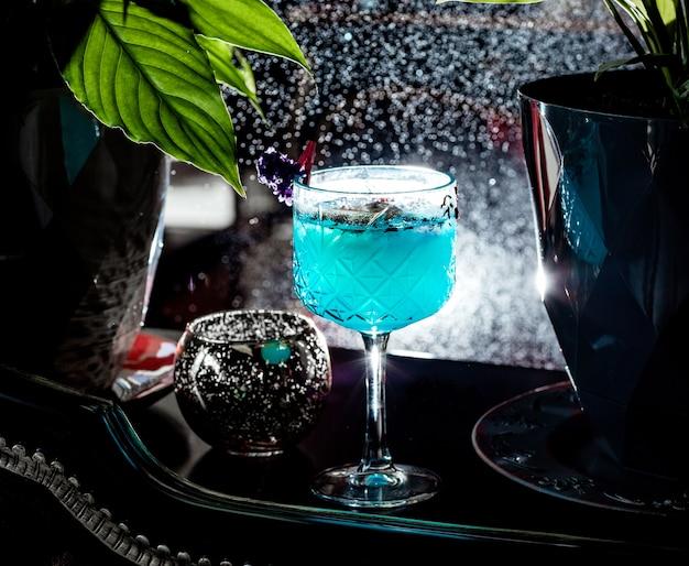 Kryształowe Szkło Z Niebieskim Koktajlem Ozdobionym Płatkami Róży Darmowe Zdjęcia