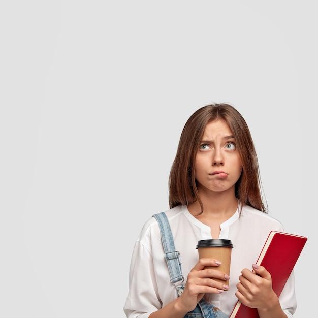 Kryty Pionowe Ujęcie Przyjemnego Stylowego Nastolatka Pozuje Na Białej ścianie Darmowe Zdjęcia