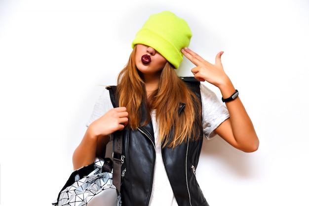 Kryty Portret Grunge Mody Bezczelnej Hipster Kobiety, Skórzana Kurtka, Styl Rockowy, Ciemne Usta, Flash, Szalone Emocje. Nałóż Jej Na Oczy Kapelusz, Imitując Pistolet W Jej Dłoni, Zła, Zła. Darmowe Zdjęcia