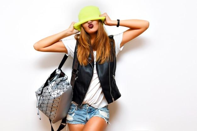 Kryty Portret Grunge Mody Bezczelnej Hipster Kobiety, Skórzana Kurtka, Styl Rockowy, Ciemne Usta, Flash, Szalone Emocje. Załóż Kapelusz Na Oczy. Darmowe Zdjęcia