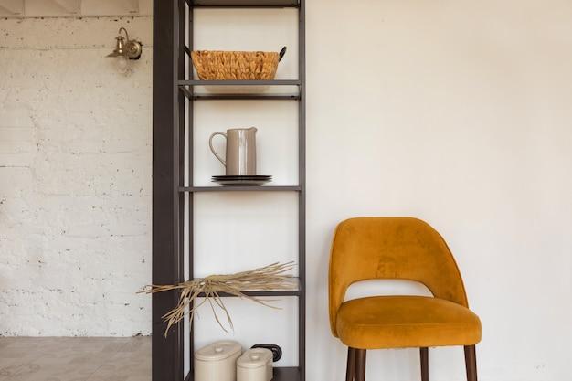Krzesło I Półki Z Dekoracjami Premium Zdjęcia