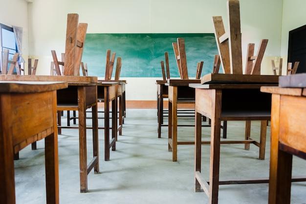Krzesło I Stół W Pokoju Klasy Z Czarnym Tłem Zarządu Premium Zdjęcia