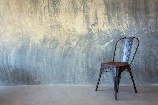 Krzesło Na ścianie Bare Cementu Premium Zdjęcia