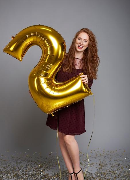 Krzycząca Kobieta Z Balonem świętuje Drugie Urodziny Jej Firmy Darmowe Zdjęcia